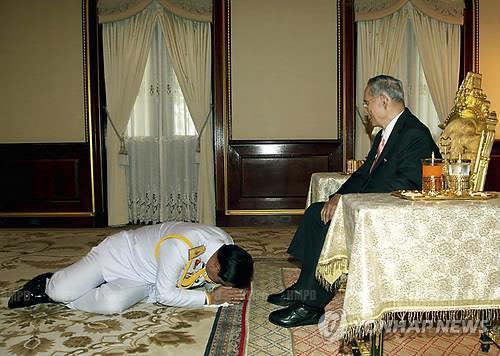 2014년 쿠데타의 주역인 쁘라윳 짠-오차 장군(현 총리)이 故 푸미폰 아둔야뎃 전 국왕을 알현하는 모습[epa=연합뉴스 자료사진]