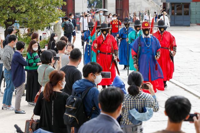 추석 연휴 마지막 날인 4일 서울 종로구 경복궁에서 수문장 교대식이 진행되고 있다. 뉴스1