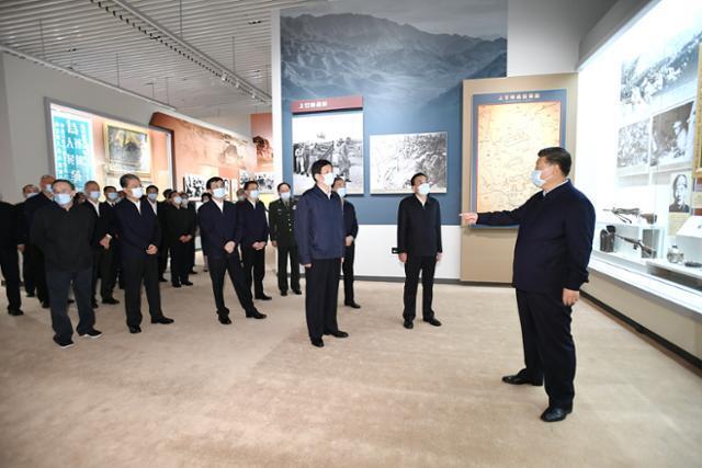 시진핑(오른쪽) 중국 국가주석이 19일 베이징 인민혁명군사박물관에서 열린 항미원조전쟁 70주년 기념 전시회 개막식에 참석해 이야기하고 있다. 베이징=신화 뉴시스