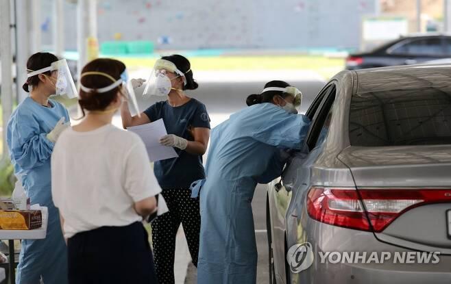 검체 채취하는 의료진들 [연합뉴스 자료]