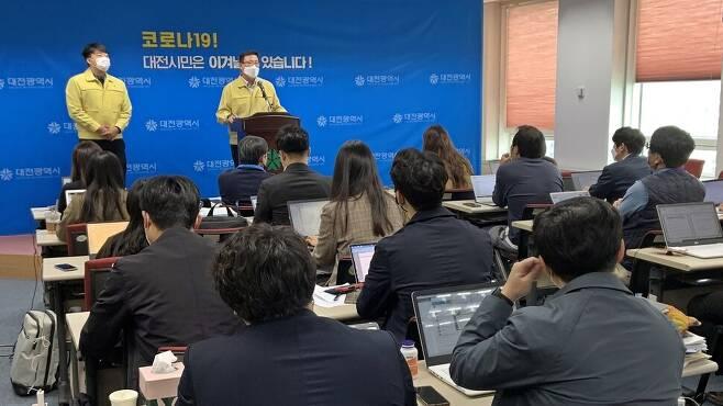 정해교 대전시 보건복지국장이 21일 대전시청 브리핑룸에서 독감예방백신 접종 사고와 관련해 조사 내용을 밝히고 있다.