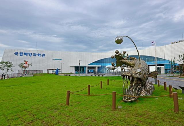 울진 국립해양과학관 잔디광장에 심해 생물인 바이퍼피시 조형물이 세워져 있다. 한국관광공사 제공
