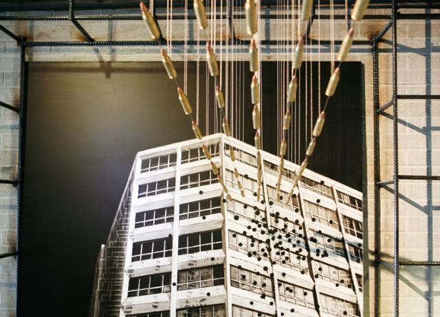 광주 전일빌딩245의 전시물. 5ㆍ18 민주화운동 당시 전일빌딩 헬기 사격을 증언하는 작품이다. 한국관광공사 제공