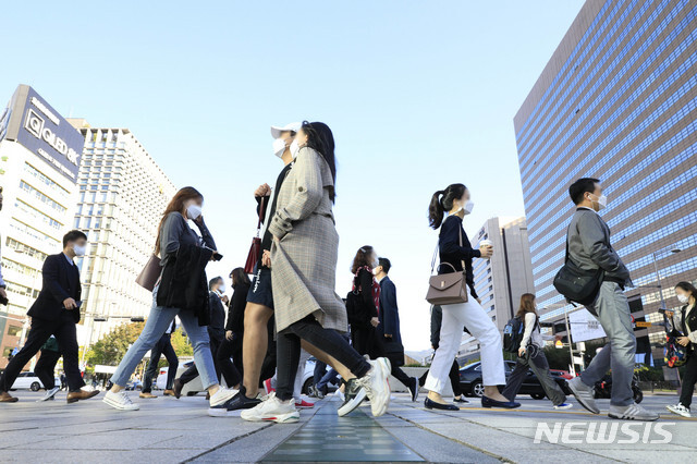 [서울=뉴시스] 박민석 기자 = 서울 지역 아침 기온이 8도까지 떨어진 지난 6일 오전 서울 종로구 세종로네거리에서 긴팔 차림의 시민들이 출근길 발걸음을 옮기고 있다. 2020.10.06. mspark@newsis.com