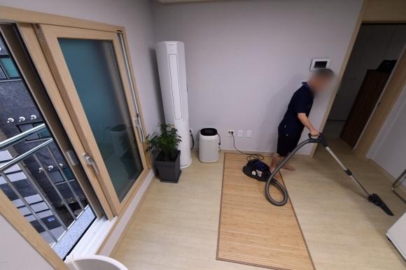 발달장애인 권진수(48·가명)씨가 지난 12일 서울 강동구에 있는 장애인 지원주택에서 청소기로 거실을 청소하고 있다. 정연호 기자 tpgod@seoul.co.kr