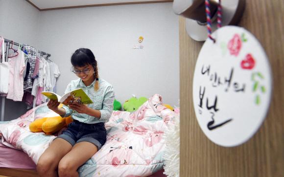 발달장애인 안재원(23)씨가 지난달 24일 서울시 양천구에 있는 장애인 지원주택 자신의 방에서 책을 보고 있다. 박윤슬 기자 seul@seoul.co.kr