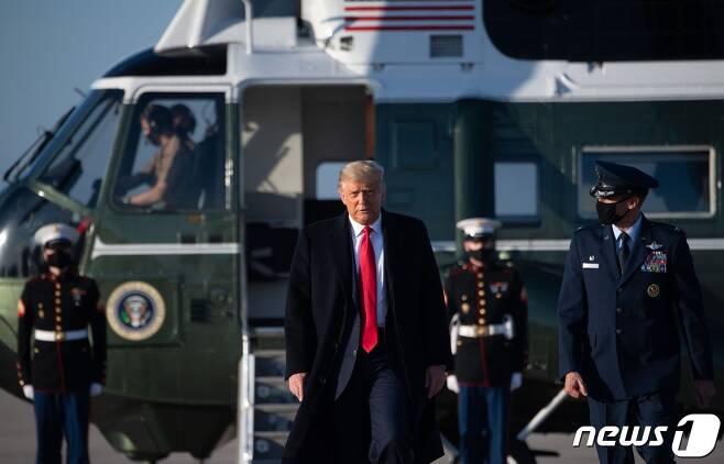 도널드 트럼프 미국 대통령이 21일(현지시각) 대선 경합 주인 노스캐롤라이나주 대선집회에 참석하기 위해 워싱턴 인근 앤드루스 공군기지서 전용헬기를 내리고 있다. © AFP=뉴스1 © News1 우동명 기자