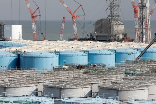 지난 1월 일본 후쿠시마 제1 원자력발전소 부지 내 설치돼 있는 오염수 저장탱크가 늘어서 있다. 후쿠시마=EPA 제공