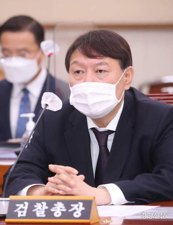 윤석열 검찰총장이 22일 국회 법제사법위원회의 대검찰청 국정감사에 출석해 의원들의 질의를 듣고 있다. 김영민 기자