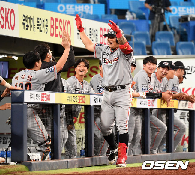 [OSEN=대구, 지형준 기자] 한화 김태균이 동점 솔로포를 날리고 동료선수들과 기뻐하고 있다. /jpnews@osen.co.kr