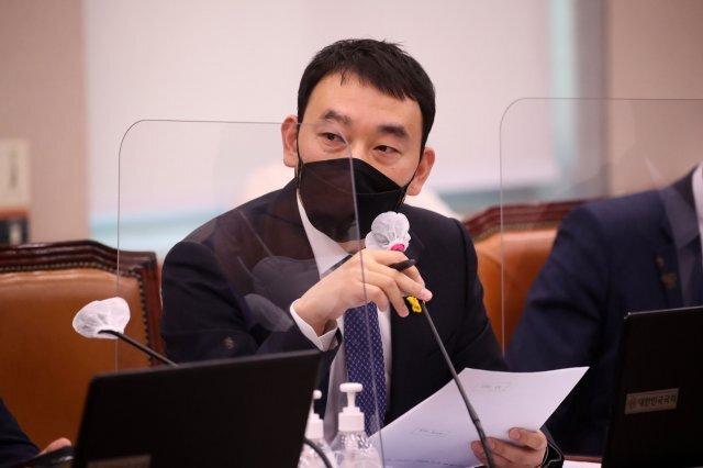 김용민 더불어민주당 의원이 22일 서울 여의도 국회에서 열린 법제사법위원회의 대검찰청에 대한 국정감사에서 질의를 하고 있다. 사진=공동취재