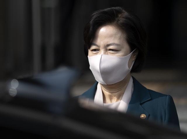 추미애 법무부 장관이 22일 오후 정부과천청사에 위치한 법무부 청사를 나서고 있다./과천=연합뉴스