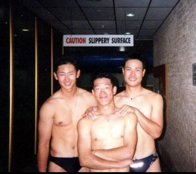 ▲ 국가대표 시절 미국에서 열린 세계대회에 참가했다가 팬티만 입고 동기들끼리 기념 사진을 찍었다. 고려대 박용택, 연세대 조용준, 건국대 유재웅(왼쪽부터). 세 명은 2002년 각각 LG 트윈스, 현대 유니콘스, 두산 베어스 유니폼을 입었다. ⓒ박용택 제공