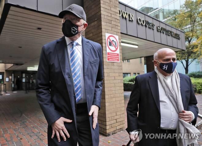 법원에 출석한 베커(왼쪽) [AP=연합뉴스]