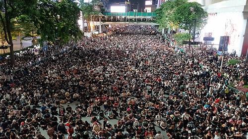 방콕 중심가 랏차쁘라송 네거리 도로를 완전히 점령한 반정부 집회 참석자들이 연사의 발언을 듣고 있다. 2020.10.15  [방콕=김남권 특파원]