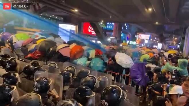 파란색 물감이 들어간 물대포를 시위대를 향해 발사하는 경찰 2020.10.16 [Free Youth 페이스북 캡처. 재판매 및 DB 금지]