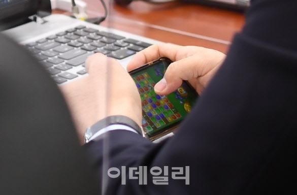 강훈식 더불어민주당 의원이 22일 서울 여의도 국회에서 열린 산업통상자원중소벤처기업위원회의 산업통상자원부에 대한 종합감사에서 국감 도중 자신의 휴대전화로 모바일 게임을 하고 있다.(사진=노진환 기자)