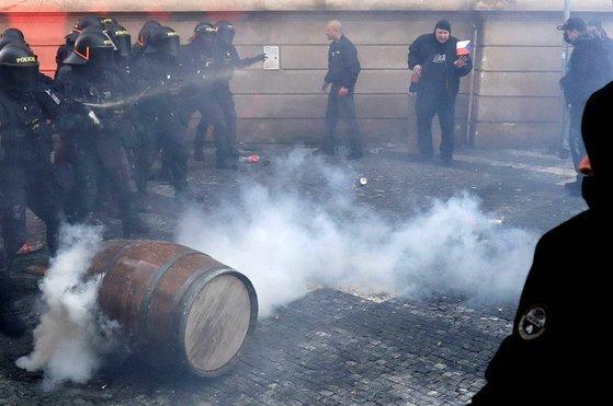 지난 18일 체코 프라하에서 이동 제한 조치에 항의하는 시위가 벌어져 시민과 경찰이 충돌하고 있다. [로이터=연합뉴스]