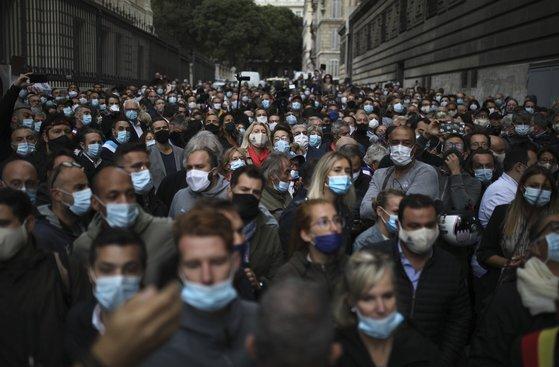 지난달 25일 프랑스 마르세유 거리에서 자영업자 등 시민들이 이동 제한 조치에 항의하는 시위를 하고 있다.[AP=연합뉴스]
