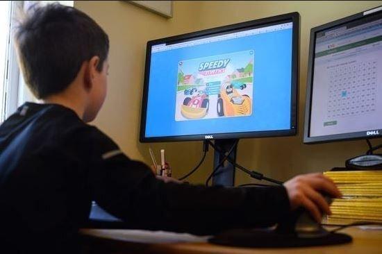 학교에 가지 못하고 온라인 수업을 받고 있는 영국의 한 어린이. [AFP=연합뉴스]