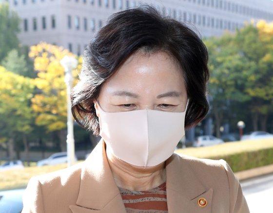 추미애 법무부 장관이 23일 오전 경기도 정부과천청사 법무부로 출근하고 있다. 연합뉴스