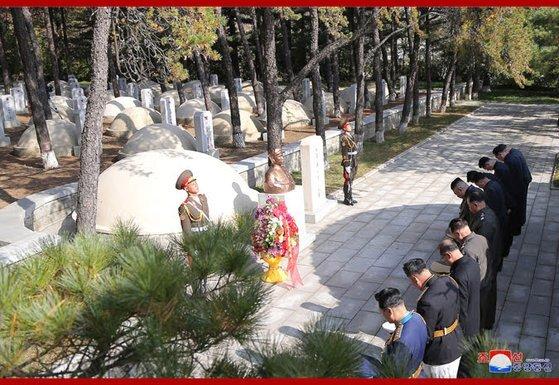 김정은 북한 국무위원회 위원장 등 수뇌부가 지난 21일 평남 회천의 마오쩌둥의 장남 마오안잉 묘를 참배하고 있다. [조선중앙통신]