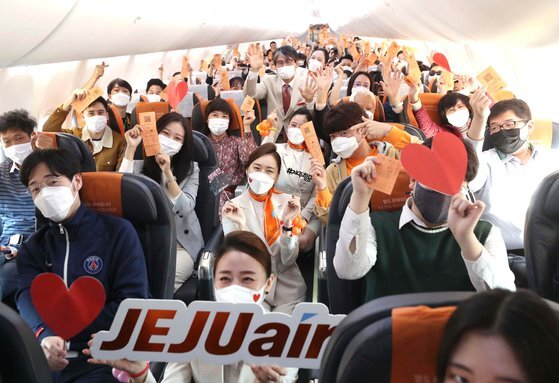 23일 제주항공 '인천 to 인천' 관광 비행 승객들이 인천국제공항 1터미널에서 B737-800NG 항공기에 탑승해 이륙 전 손을 흔들고 있다. 공항사진기자단