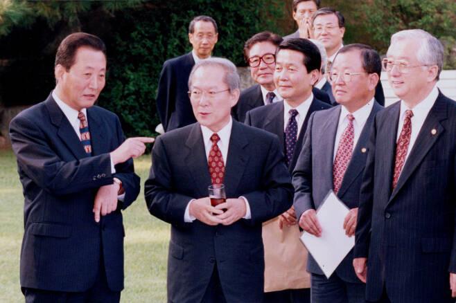 1997년 9월11일 당시 이회창 신한국당 대표(오른쪽)와 고건 국무총리가 서울 삼청동 총리공관에서 열린 고위 당정 정책조정회의에 앞서 칵테일을 마시며 이야기하고 있다.  이상훈 선임기자 doolee@kyunghyang.com