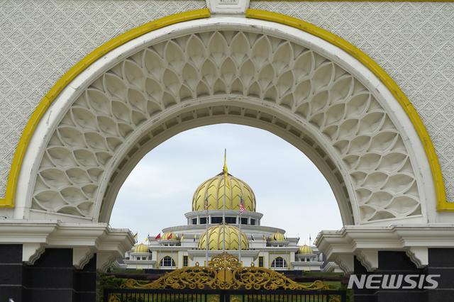 [쿠알라룸푸르(말레이시아)=AP/뉴시스]25일 말레이시아 쿠알라룸푸르의 왕궁 전경. 말레이시아의 압둘라 국왕은 이날 신종 코로나바이러스 감염증(코로나19)의 새 확산을 막기 위해 국가비상사태를 선포하자는 무히딘 야신 총리의 제안을 거부했다. 2020.10.25