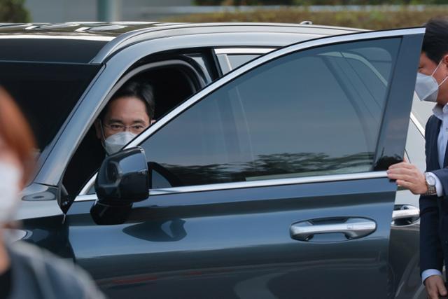 이재용 삼성전자 부회장이 25일 오후 故 이건희 삼성그룹 회장 빈소가 마련된 서울 삼성병원 장례식장에 도착하고 있다. 뉴스1