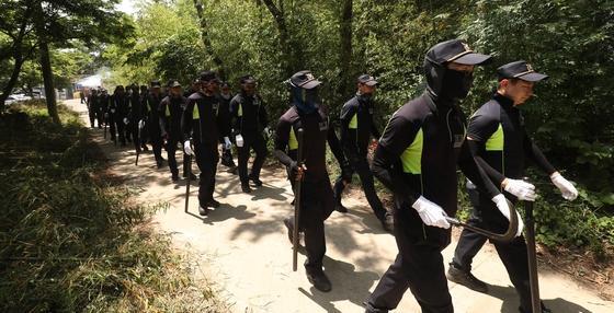 실종된 이모양의 시신이 발견된 2018년 6월 24일 경찰들이 현장 수습에 나서고 있다. 강진=뉴스1