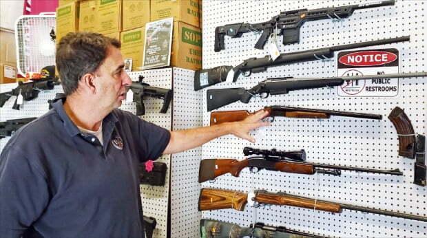 미국 워싱턴DC 인근 버지니아주에서 총기 판매점을 운영하는 버니 브레이너 씨가 기자에게 총기를 설명하고 있다.  주용석 특파원