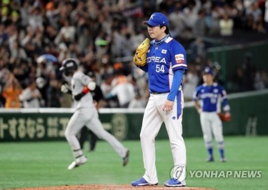 한국 선발 투수 양현종이 일본 도쿄돔에서 열린 2019 프리미어12 슈퍼라운드 결승전에서 일본 야마다에게 3점 홈런을 허용하고 허탈해 하고 있다. [연합뉴스 자료사진]