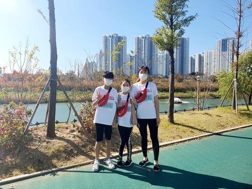 어린이 마라톤 대회 참석했어요 10년 동안 국제 어린이 마라톤 대회에 참석한 김경미(맨 오른쪽부터) 씨와 딸 조아현 양, 아들 조희윤 군. [본인 제공]