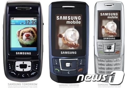 (왼쪽부터) 블루블랙폰(SGH-D500·2004년 출시), 울트라에디션(SGH-D900·2006년 출시), SGH-E250(2006년 출시, 총 5000만대 판매) (삼성전자 제공) © 뉴스1