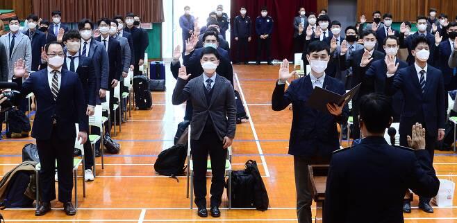 종교적 병역거부자들을 위한 대체복무제가 처음 시행된 26일 오후 대전교도소 내 대체복무 교육센터에서 대체복무자 63명이 선서하고 있다. /사진공동취재단