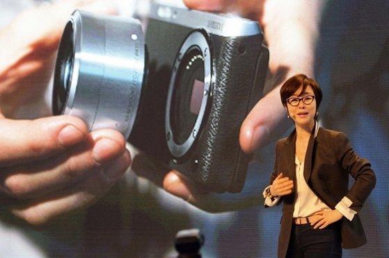 삼성전자가 2014년 출시한 미러리스 카메라 ;NX 미니'. 2년 뒤 삼성은 카메라 사업에서 철수했지만 이미지 센서, 스마트폰용 광학기술에서 초일류 제품을 만들게 됐다. 사진 삼성전자