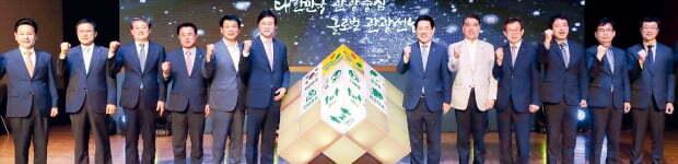 김영록 전남지사(오른쪽 여섯 번째)가 지난해 6월 서울 그랜드힐튼호텔에서 '대한민국 관광 중심, 글로벌 전남 관광' 비전을 선포하고 있다.  전라남도 제공