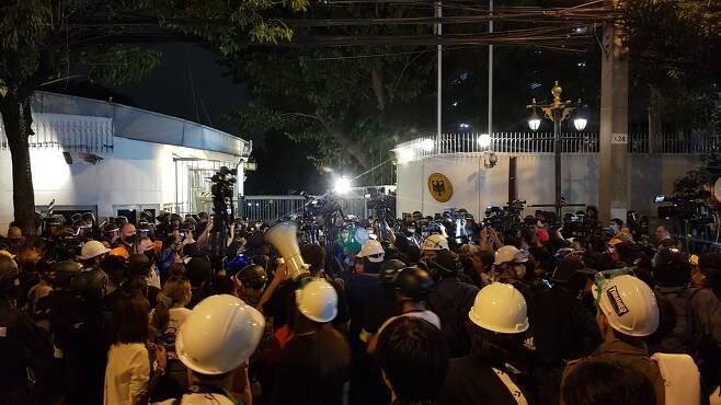 방콕 시내 독일 대사관 앞에 모인 경찰과 시위대, 취재진. 2020.10.26 [방콕=김남권 특파원]