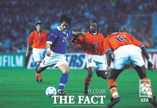 98프랑스월드컵_한국vs네덜란드_이동국 슈팅 장면. 이 경기에서 이동국은 19살의 나이로 A매치에 데뷔했다./KFA 제공