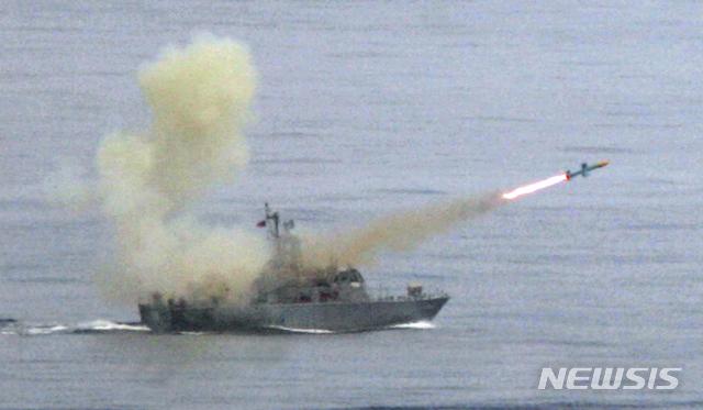 [대만해=AP/뉴시스] 중국의 강력한 반대에도 불구하고 26일(현지시간) 트럼프 행정부는 23억7000만달러(약 2조6700억원)에 달하는 무기의 대만 수출을 승인했다. 지난 2007년 5월16일 대만군 연례한광 훈련 중인 가운데 구축함에서 하푼 미사일이 발사되고 있다. 2020.10.27