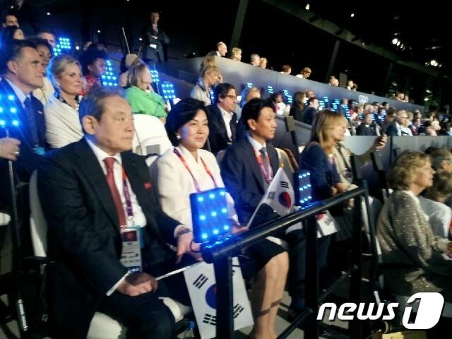 2012년 7월 런던올림픽 개막식에 함께 참석한 이건희 회장과 홍라희 여사. 사진 홍라희 여사 오른 편에 딸 이서현 이사장의 남편이자 사위인 김재열 삼성경제연구소 사장이 앉아 있다.© 뉴스1