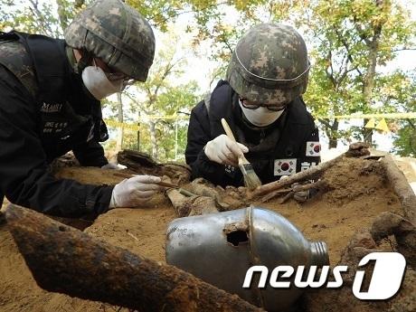 국방부는 올해 4월 재개해 진행 중인 화살머리고지 유해발굴에서 총 3백여 점의 유해와 1만 7천여 점의 유품을 발굴했다고 29일 밝혔다. 사진은 현장에서 유해발굴하는 장병 모습. (국방부 제공) 2020.10.29/뉴스1