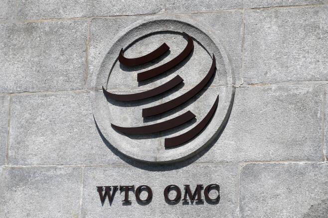스위스 제네바의 세계무역기구(WTO) 본부 벽에 이 기구의 로고가 붙어 있다. 제네바 | 로이터연합뉴스