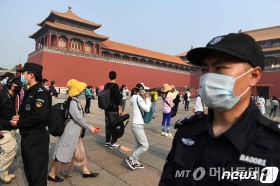 (베이징 AFP=뉴스1) 우동명 기자 = 1일 (현지시간) 재개장한 베이징 자금성에서 코로나19를 우려한 시민들이 마스크를 쓰고 방문하고 있다.   ⓒ AFP=뉴스1
