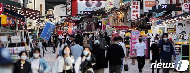 지난 5월 서울 마포구 홍대거리가 시민들로 북적이고 있다. 방역당국과 지자체 등에 따르면 이날 이태원 클럽에 이어 홍대 주점을 방문한 사람 중에서도 코로나19 확진자가 다수 발생했다. 2020.5.13/뉴스1 © News1 박지혜 기자