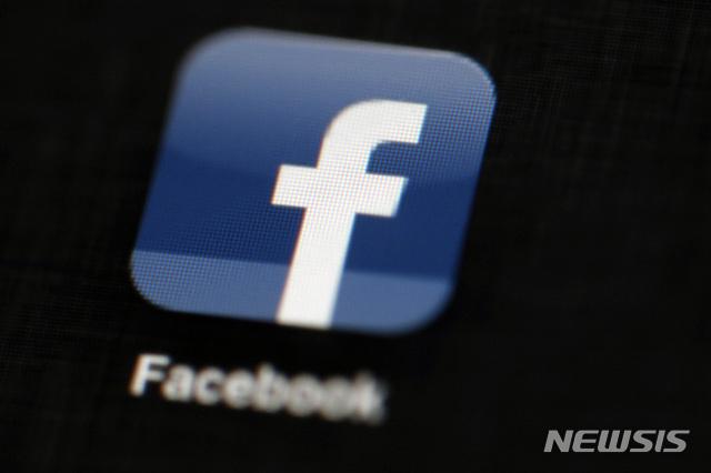 [필라델피아=AP/뉴시스]2012년 5월16일(현지시간) 한 아이패드에 페이스북 로고가 뜬 모습. 미국 펜실베이니아주 필라델피아에서 촬영한 사진. 2020.10.30.