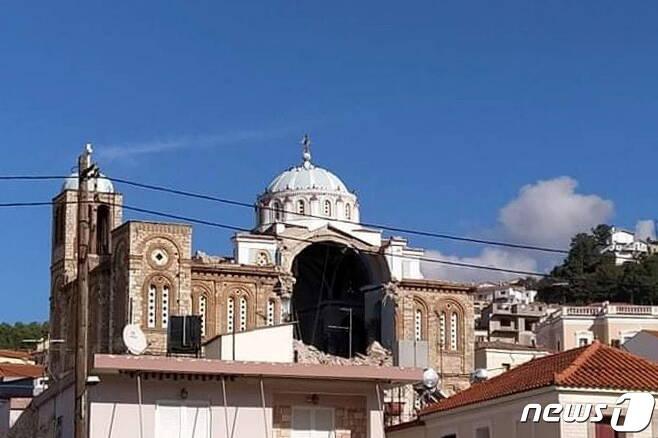그리스 사모스섬 카를로바시의 한 그리스 정교회가 지진으로 인해 일부가 파괴됐다. © 로이터=뉴스1