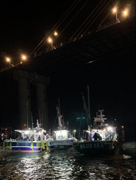 31일 오전 5시40분쯤 충남 태안과 보령을 연결하는 원산안면대교 교각을 들이받은 낚싯배에서 해경이 승선원을 구조하고 있다. 보령해경 제공
