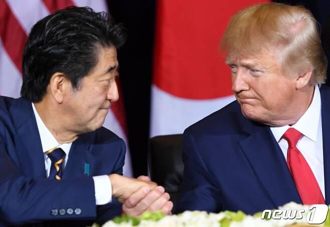 아베 신조 전 일본 총리(왼쪽)과 도널드 트럼프 미국 대통령 <자료사진> © AFP=뉴스1